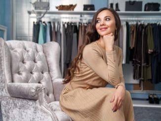 Dodatki do beżowej sukienki
