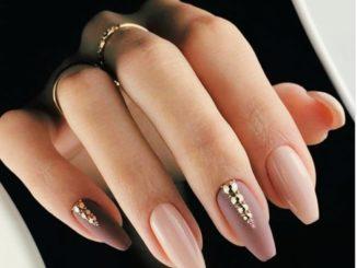 Jakie paznokcie pasują do bordowej sukienki?