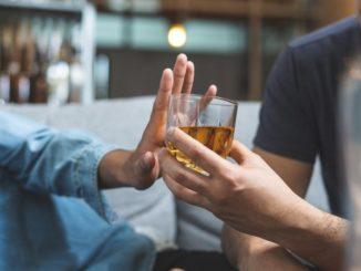 Co to jest wszywka alkoholowa? Czy za pomocą wszywki można wyleczyć alkoholizm?