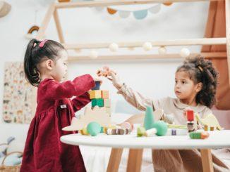 Drewniane zabawki, czyli pomysły na tradycyjne prezenty dla dziecka w nowym wydaniu