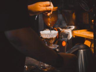 Jakie akcesoria sprzedają sklepy z kawą? Jak je wykorzystać do parzenia kawy?