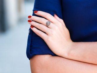 Paznokcie do granatowej sukienki – jakie dobrać kolory?