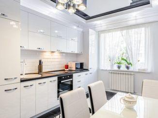 Dodatki do białej kuchni na wysoki połysk — 6 propozycji