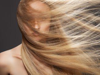 Jak samodzielnie rozjaśnić włosy by ich nie zniszczyć?