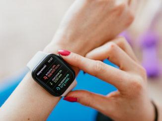 Wybieramy smartwatch damski – jakimi kryteriami kierować się na zakupach?