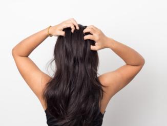 Jak zatroszczyć się o włosy i skórę głowy, kiedy mamy łupież?