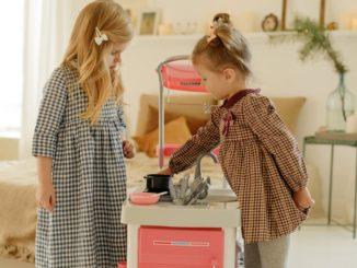 Jak zorganizować domową zabawę rodzeństwu w różnym wieku