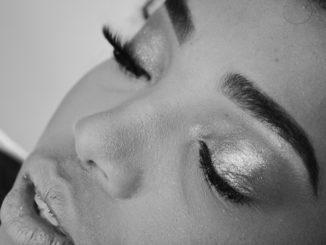 Czym najlepiej zrobić makijaż brwi?