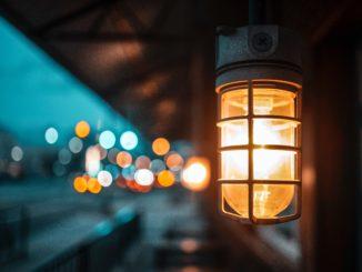 Cenne źródło światła w otoczeniu domu